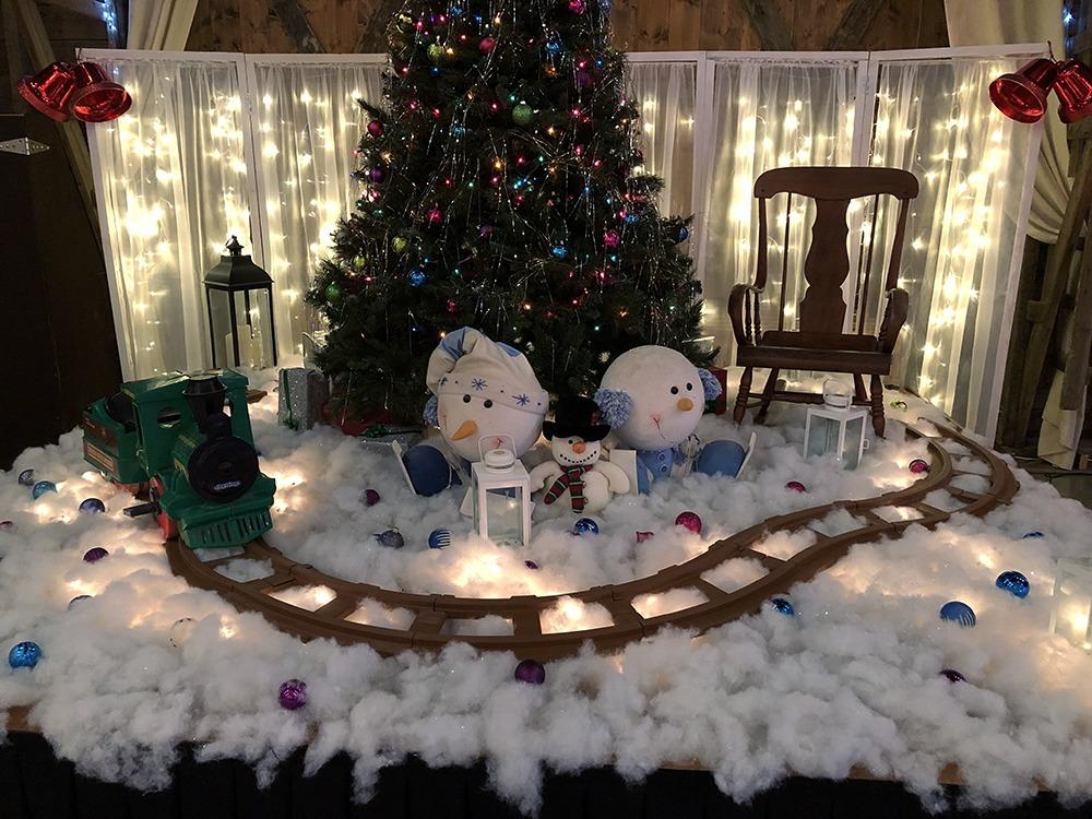 christmas-tree-snowmen-debbies-celebration-barn